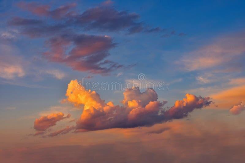 在蓝天的美丽的五颜六色的云彩在日落 浪漫背景概念 免版税库存照片
