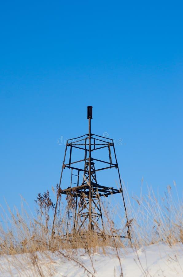 在蓝天的背景的大地测量学的标志在冬天 垂直 免版税库存图片
