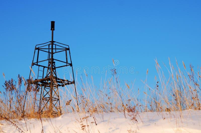 在蓝天的背景的大地测量学的标志在冬天 免版税图库摄影