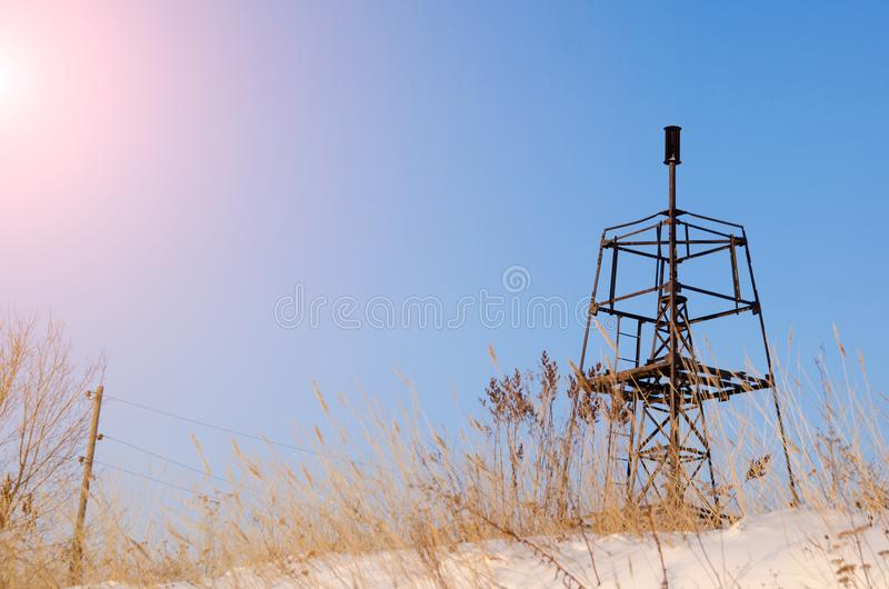 在蓝天的背景的大地测量学的标志在冬天 库存照片