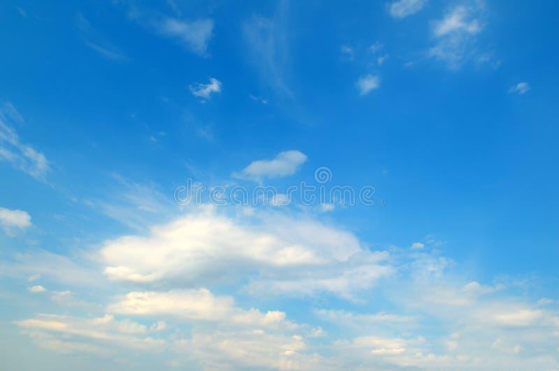 在蓝天的轻的云彩 免版税图库摄影