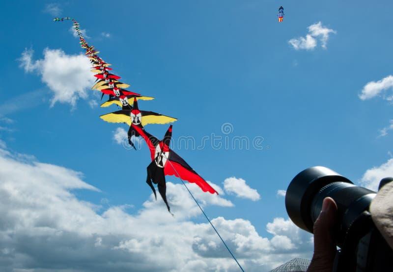 在蓝天的风筝飞行 免版税图库摄影