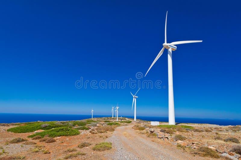 在蓝天的风轮机领域 免版税库存照片