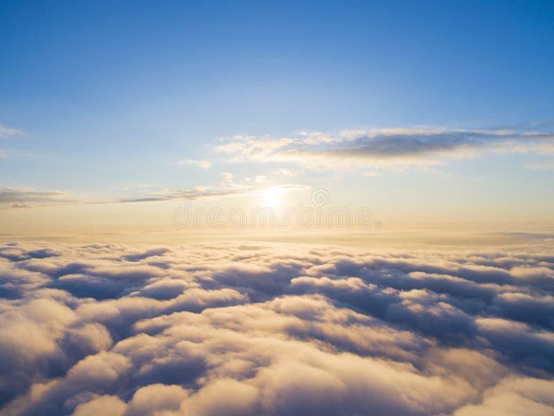 在蓝天的鸟瞰图白色云彩 顶视图 从寄生虫的看法 空中鸟` s眼睛视图 空中顶视图cloudscape 分类纹理  库存图片
