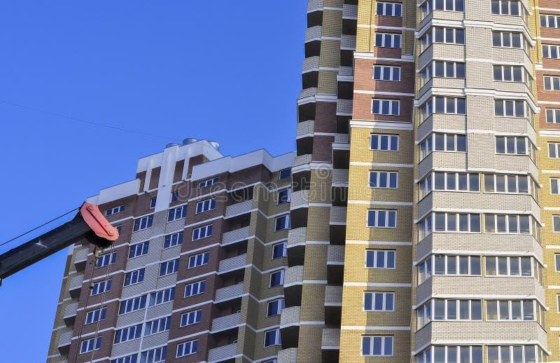 在蓝天的建设中高层居民住房 免版税库存照片