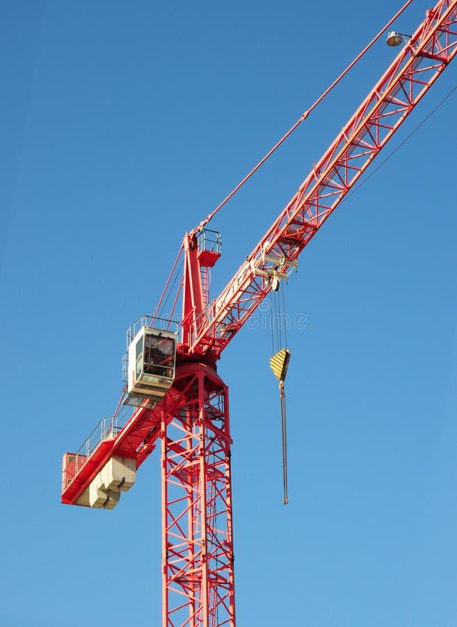 在蓝天背景上的红色工业建筑用起重机 库存图片