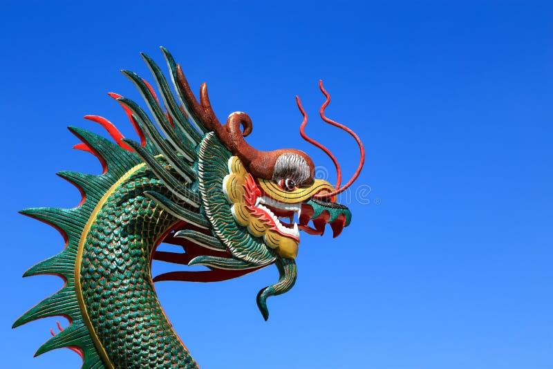 在蓝天背景的中国龙雕象 库存图片