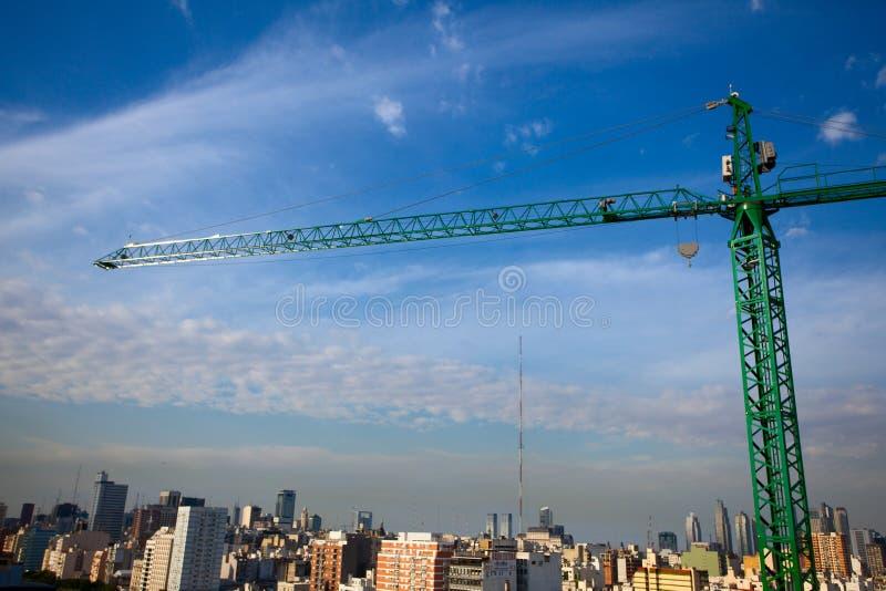 在蓝天背景的城市上抬头  免版税库存照片