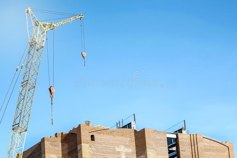 在蓝天背景的建筑用起重机 免版税库存照片
