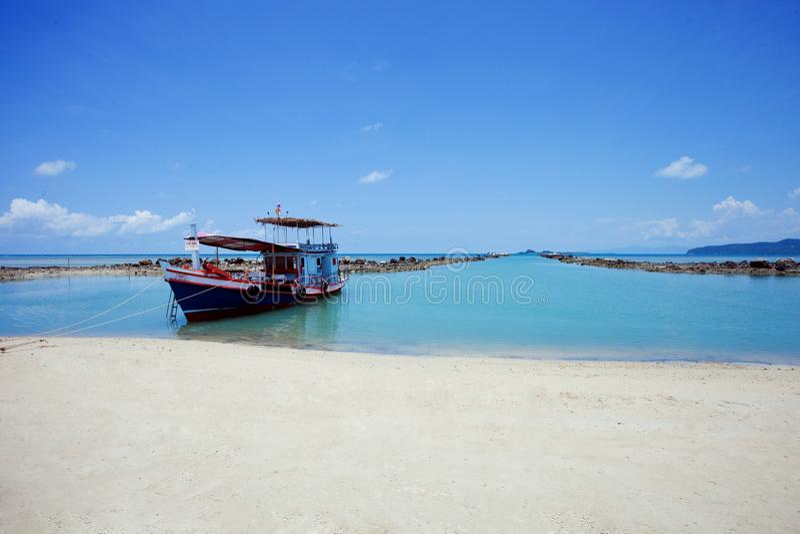 在蓝天背景的渔船 泰国 泰国 库存照片
