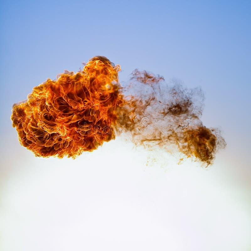 在蓝天背景的火球爆炸 免版税库存照片