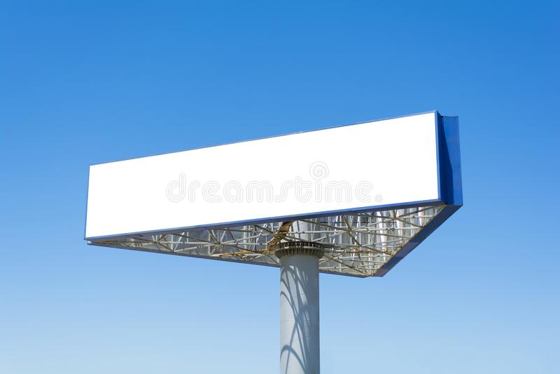 在蓝天背景的空白的大广告牌,投入了您的文本这里 图库摄影