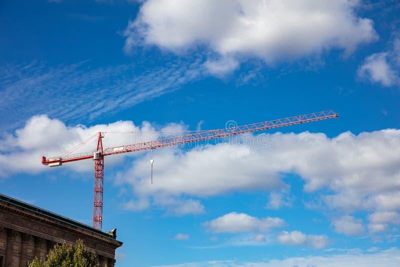在蓝天背景的红色塔吊 库存照片
