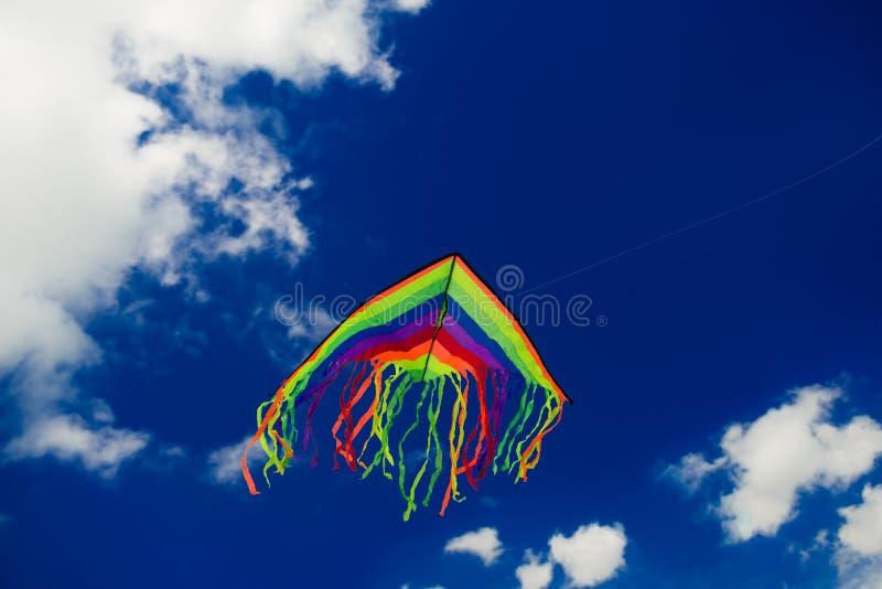 在蓝天背景的风筝飞行 库存图片