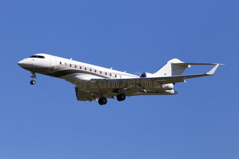 在蓝天背景的M-YULI投炸弹者BD-700-1A10全球性明确企业喷气机 免版税库存图片