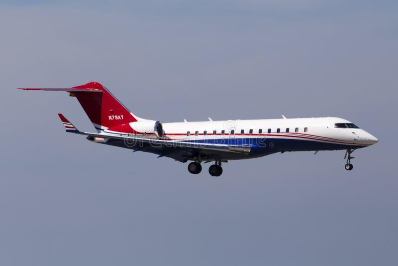 在蓝天背景的N79AY投炸弹者BD-700-1A10全球性明确企业喷气机 库存图片