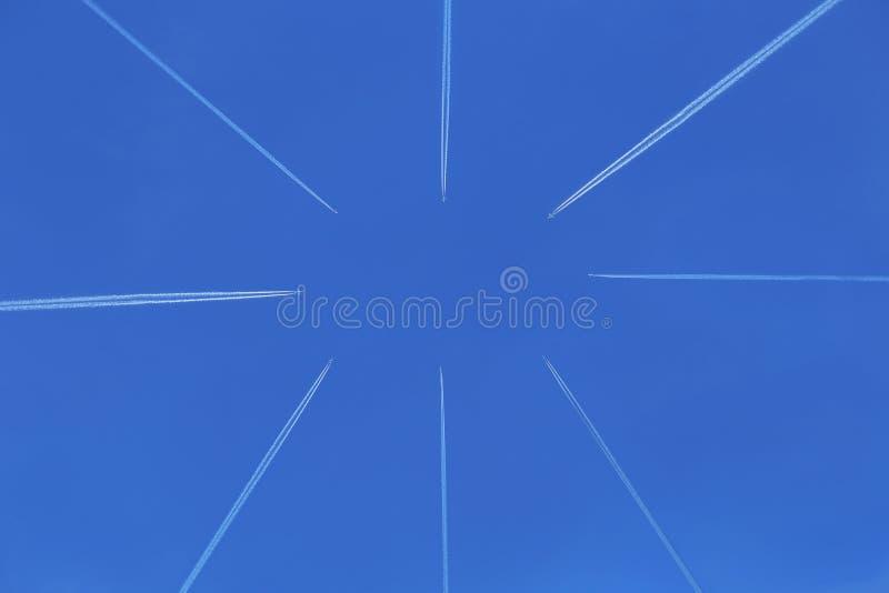 在蓝天飞行的飞机往彼此 免版税库存照片