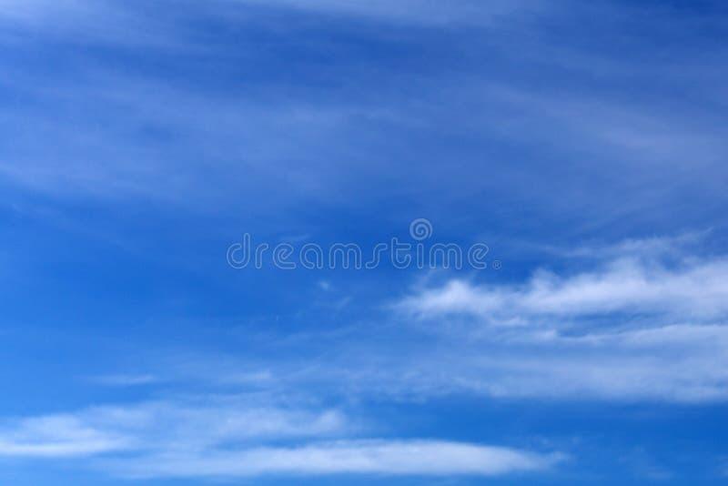 在蓝天,与云彩的蓝天的云彩,与蓬松云彩的蓝天关闭,在蓝天的软的白色云彩 免版税库存照片