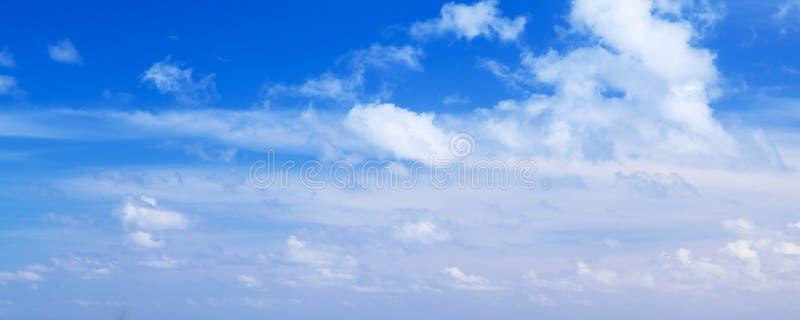 在蓝天,全景照片的云彩 库存图片