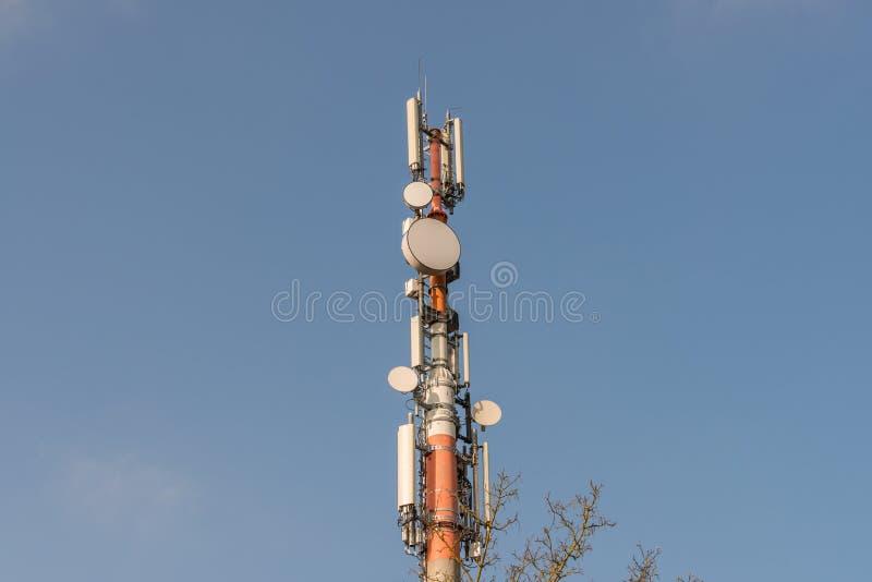 在蓝天,德国前面的流动细胞塔 免版税库存图片