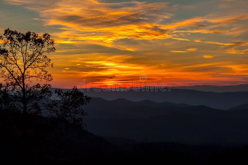 在蓝岭山脉下的太阳设置 图库摄影