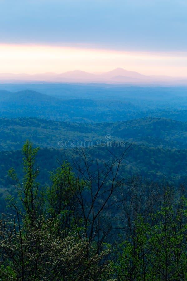 在蓝岭山脉的桃红色日出在春天 免版税图库摄影