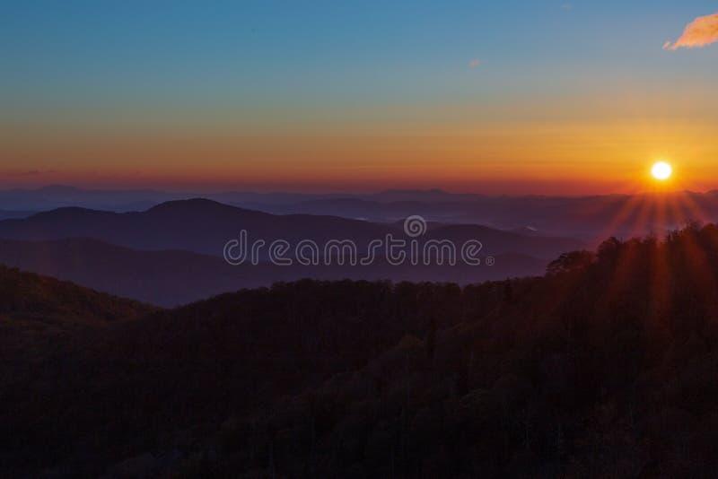 在蓝岭山行车通道的日出在与云彩的天空蔚蓝和提示的秋天 免版税库存图片