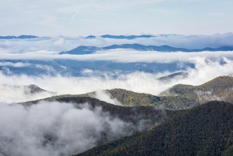 在蓝岭山行车通道的雾 库存照片