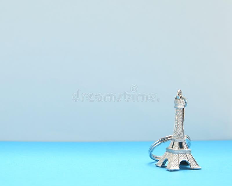 在蓝纸的埃菲尔铁塔模型 免版税图库摄影