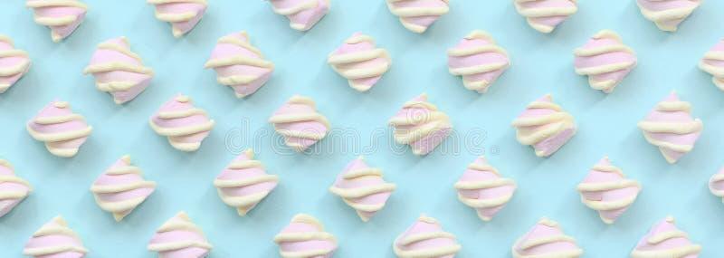 在蓝纸背景计划的五颜六色的蛋白软糖 淡色创造性的织地不很细样式 最小 皇族释放例证
