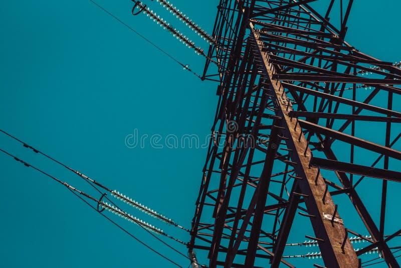 在蓝绿色天空的背景的一个电塔 库存照片