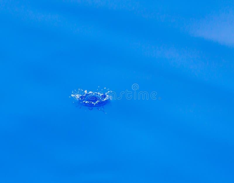 水滴在蓝色下跌 免版税库存照片