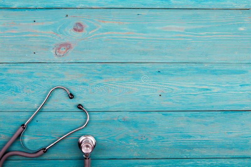 在蓝色书桌上的医学听诊器 免版税库存照片