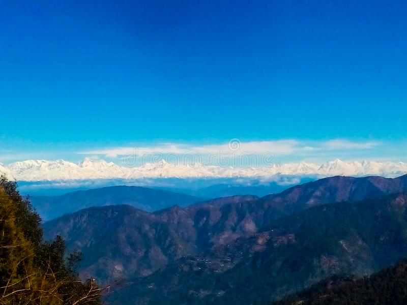 在蓝色云彩的天空蔚蓝在蓝色山小山 库存例证