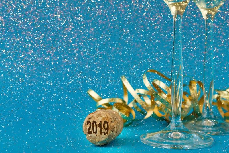 在蓝色假日背景的香槟槽 库存照片