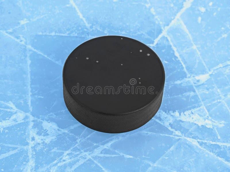 在蓝色冰的冰球在曲棍球溜冰场 免版税库存照片