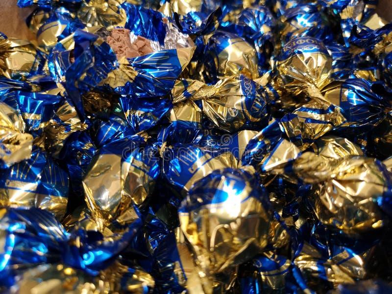 在蓝色包装的糖果发光 库存照片