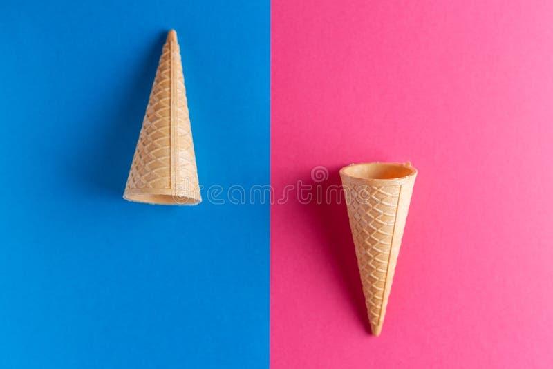 在蓝色和桃红色背景的冰淇淋短号 库存图片