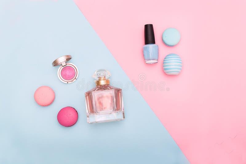在蓝色和桃红色背景的秀丽时尚平的位置 图库摄影