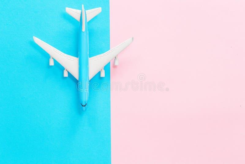 在蓝色和桃红色背景的蓝色玩具飞机 图库摄影
