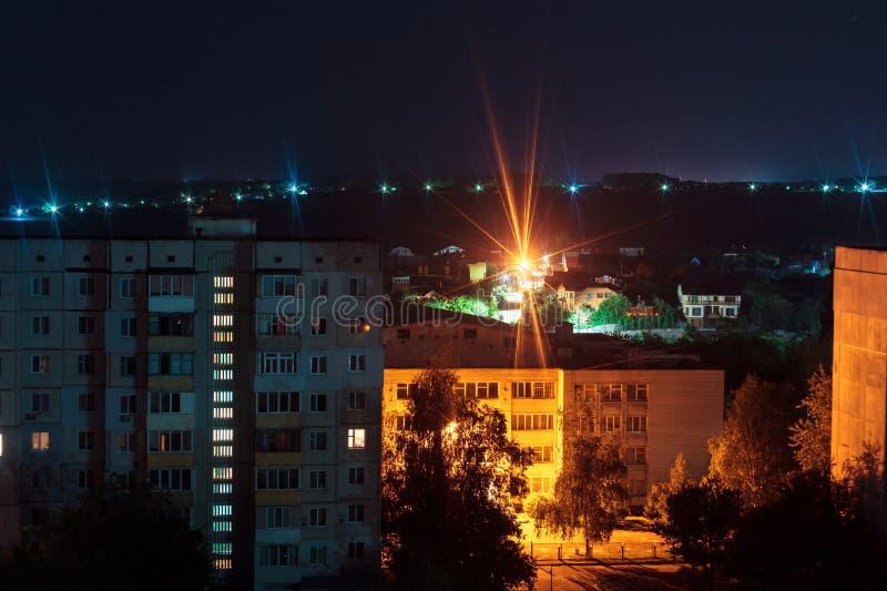在蓝色和橙色颜色的夜长的曝光照片9和10地板高层建筑物 大城市生活在这里 免版税库存图片