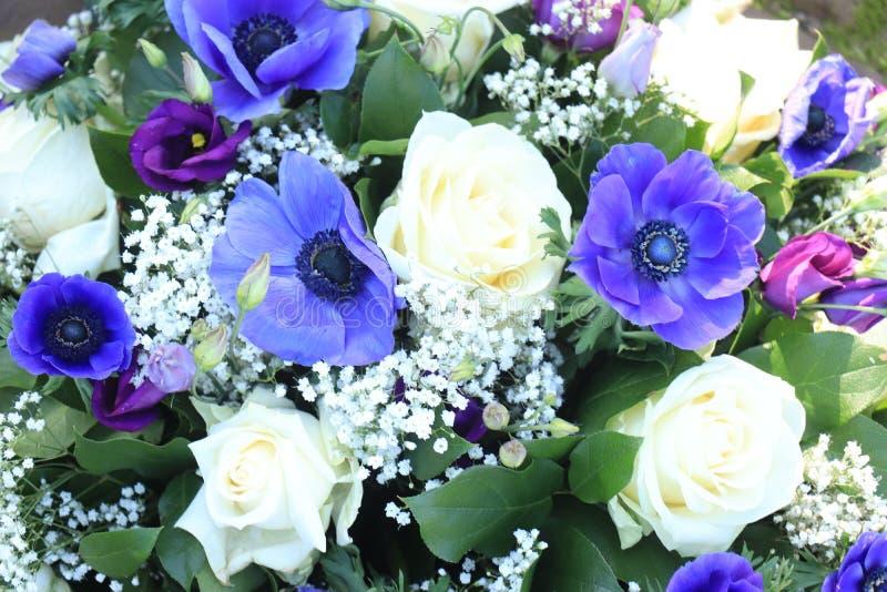 在蓝色和白色的新娘花束 库存照片