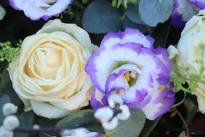 在蓝色和白色的新娘花束 免版税库存图片