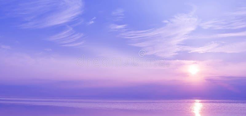 在蓝色和紫罗兰色颜色海的美好的日落  免版税库存照片