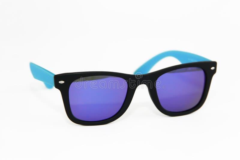 在蓝色塑料框架和紫色透镜的夏天太阳镜 库存图片