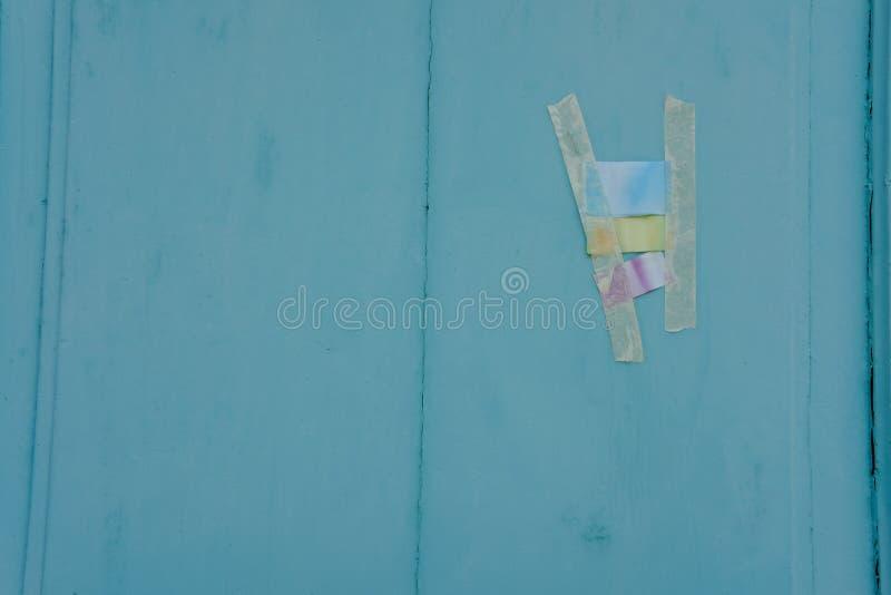 在蓝色墙壁上的五颜六色的磁带 图库摄影