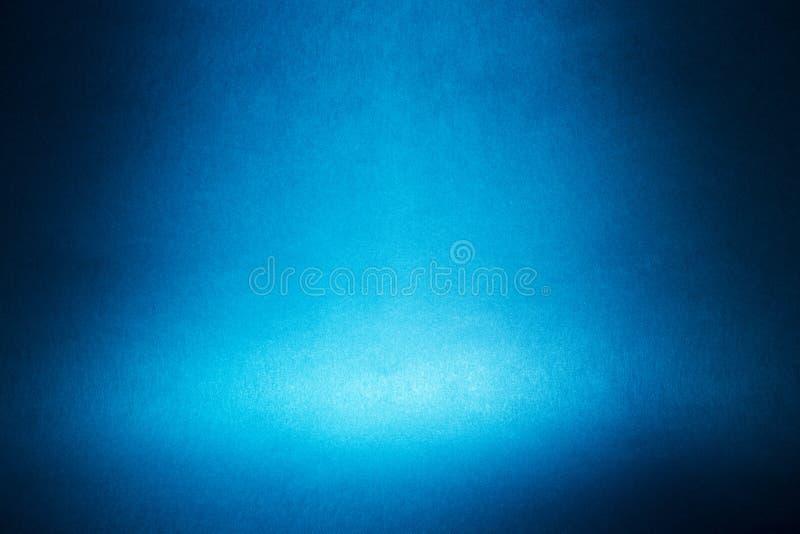 在蓝色墙壁上的聚光灯 库存图片