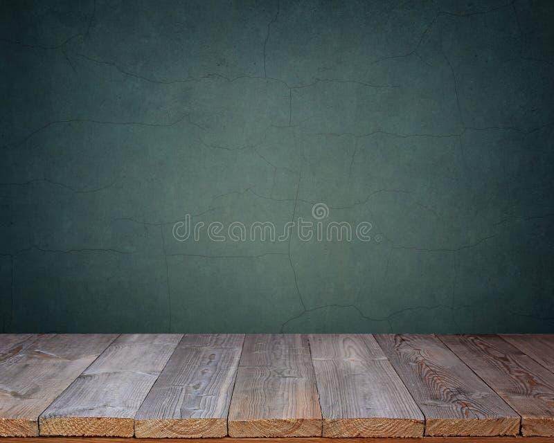 在蓝色墙壁的背景的空白的木桌 库存照片