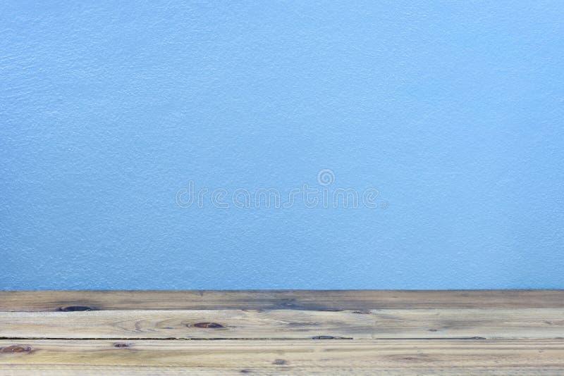 在蓝色墙壁背景的老木地板 库存图片