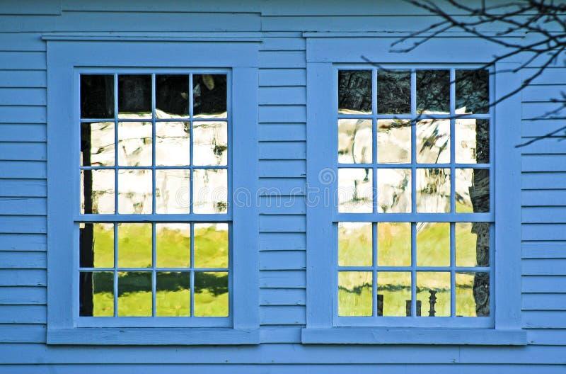 在蓝色大厦的双窗口 免版税图库摄影